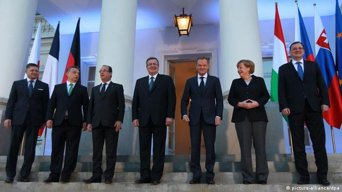 Visegard group meeting in Warsaw epa03612467 (L-R) Slovakian Prime Minister Robert Fico, Hungarian Prime Minister Viktor Orban, President of France Francois Hollande, President of Poland Bronislaw Komorowski, Poland's Prime Minister Donald Tusk, German Chancellor Angela Merkel and Czech's Prime Minister Petr Necas pose to family photo before their meeting after the Visegrad Group with France and Germany meeting in Warsaw, Poland, 06 March 2013. The meeting was on economy, energy, security and defense policy. EPA/Radek Pietruszka POLAND OUT +++(c) dpa - Bildfunk+++