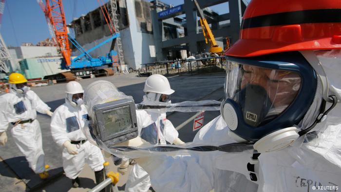 TEPCO-Mitarbeiter und Journalisten auf dem AKW-Gelände in Fukushima (Foto: Reuters)