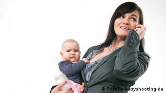 Женщина с ребенком и телефоном