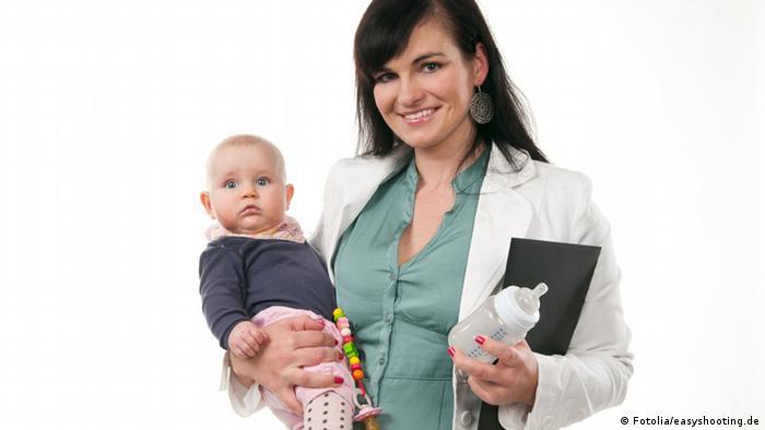شمار زنانی که علیرغم داشتن کودک به شغل و کار خود ادامه میدهند طی ده سال گذشته در آلمان افزایش یافته و از ۴/ ۶۵ به ۹/ ۷۳ درصد رسیده است. مردان آلمانی هم همچنان به ایفاینقش کلاسیک خود ادامه میدهند و شمار مردانی که در ده سال گذشته شاغل بودهاند از ۲/ ۹۱ درصد به ۴ / ۹۲ درصد رسیده است.