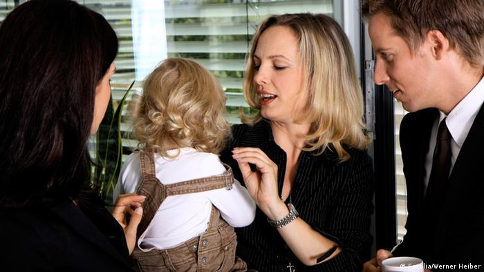 Женщина с ребенком в офисе