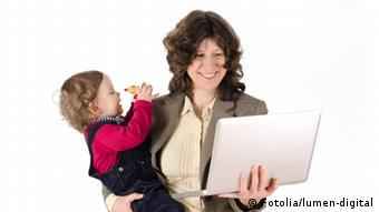 Mutter mit Kind und Laptop Foto: Fotolia/lumen-digital