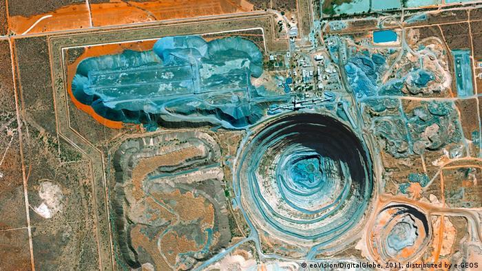 Die riesige Diamantenmine in Botswana erscheint in großen Teilen blau. (Foto: eoVision/DigitalGlobe)