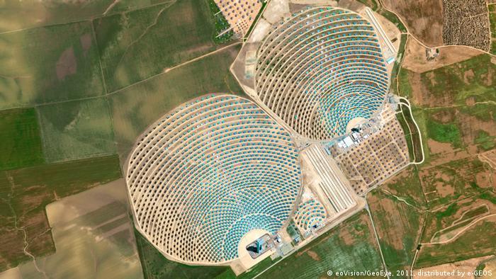 Solarturm-Anlage in Sevilla (Spanien) © eoVision/DigitalGlobe, 2011, distributed by e-GEOS