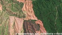Human Footprint – Ein außergewöhnlicher Bildband dokumentiert die menschlichen Aktivitäten auf der Erde mittels bestechend schöner Satellitenaufnahmen. Der Holzeinschlag und die Gewinnung von Land für Äcker und Plantagen dezimieren den natürlichen Regenwald in der malaysischen Provinz Sarawak drastisch.