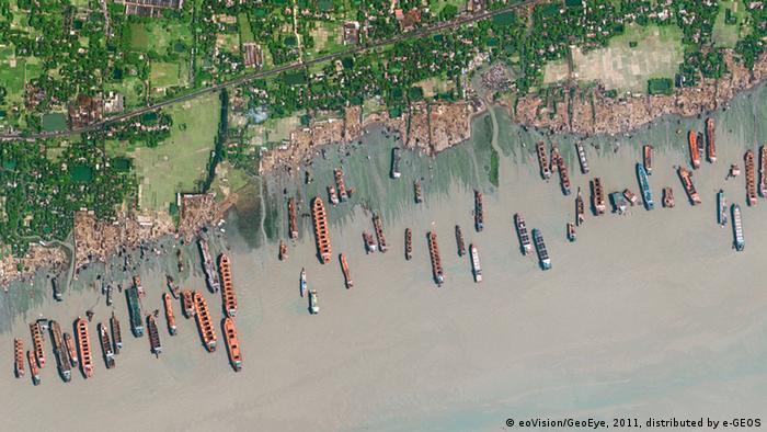 Bei der Schiffs-Abwrackwerft bei Chittagong in Bangladesch herrscht Betrieb (Foto: eoVision/DigitalGlobe)