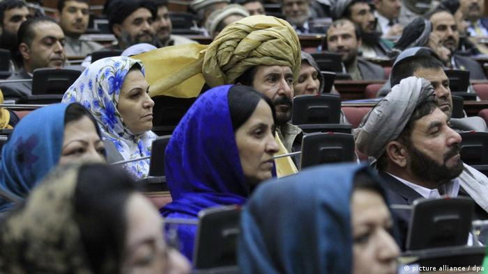 epa03611749 Afghan Parliamentarians listen to a speech by President Hamid Karzai (not in picture) during the opening session of Afghan Parliament in Kabul, Afghanistan, 06 March 2013. Karzai attended the opening session of the joint Afghan Parliament as it entered the third year of its constitutional five-year term. EPA/S. SABAWOON +++(c) dpa - Bildfunk+++