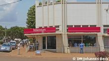 P1150561.JPG Titel: Bank in Mosambik - Lichinga Schlagworte: Lichinga, Niassa, Nord-Mosambik, Nordwest-Mosambik, Bank, Banken, mosambikanische Banken, Bankfiliale, Finanzen Ort: Lichinga, Niassa, Mosambik Fotograf: Johannes Beck (DW) Datum: 15.11.2012 Beschreibung: Filiale der Bank BIM Millennium in Lichinga, Nord-Mosambik. In den letzten Jahren haben sehr viele Banken in Provinzhauptstädten wie Lichinga Filialen eröffnet. Grund ist das rapide Wirtschaftswachstum in Mosambik. Früher gab es so gut wie keine Bankfilialen außerhalb der Hauptstadt Maputo.