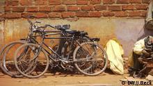 Beschreibung: Fahrräder, die gegenüber dem Hauptmarkt von Lichinga, Hauptstadt der Provinz Niassa in Nord-Mosambik, geparkt sind. In den ländlichen Regionen und in kleiner Städte ist das Fahrrad in Mosambik weiter ein wichtiges Transportmittel. Ort: Lichinga, Niassa, Mosambik Fotograf: Johannes Beck (DW) Datum: 14.11.2012