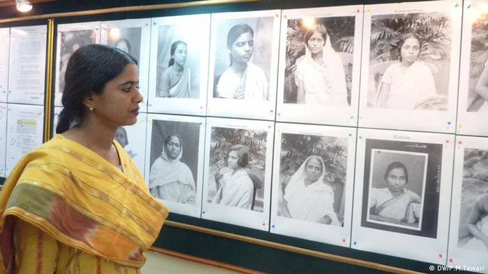 Auf dem Bild: Archivist Dr. Madhurima Sen says that the details about the unknown women revolutionaries of Bengal opens a new chapter of the history of the Indian Freedom Movement. These are displayed in an exhibition in Kolkata on 07-03-2013. Keywords--Freedom movement, Bengal, women, Exhibition, Kolkata Rechte: Prabhakar Mani Tewari / DW