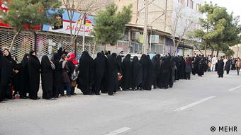 صف مردم برای خرید کالاهای اساسی در ایران