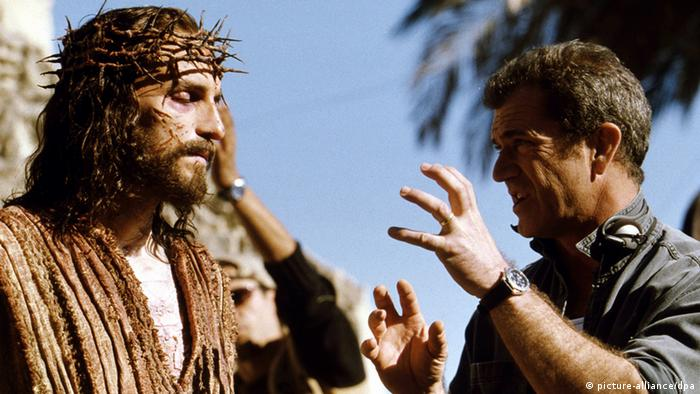 Director Mel Gibson (r.) and actor Jim Caviezel in 2004's The Passion of the Christ (picture-alliance/dpa)