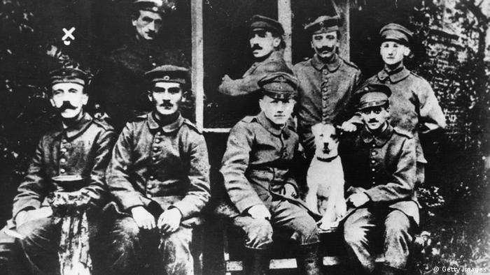 Така и не разбрах какво точно е предизвикало фанатичната му омраза срещу евреите. Не ми се вярва, че тя се дължи на контактите му с еврейски офицери по време на войната, е казал навремето Фриц Видеман, старши лейтенант от полк Лист. На снимката: Хитлер като ефрейтор в Първата световна война.