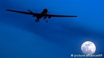 ARCHIV - HANDOUT - Eine Drohne von Typ MQ-1 Predator der der US Air Force an einem nicht näher bezeichneten Ort (undatiertes Handout der US Air Force). In Westafrika will das US-Militär einen Stützpunkt für Militärdrohnen errichten. Damit will die Armee neue Kenntnisse über Al-Kaida in der Region gewinnen. Nur leise regt sich Kritik an der neuen Allzweckwaffe der Armee. EPA/LT. COL. LESLIE PRATT - HANDOUT EDITORIAL USE ONLY/NO SALES (zu dpa USA wollen nun auch in Westafrika mit Drohnen kämpfen vom 29.01.2013) +++(c) dpa - Bildfunk+++