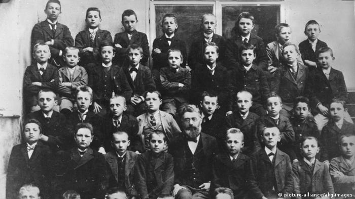 Adolf Hitler Klassenfoto Linz 1900 (picture-alliance/akg-images)
