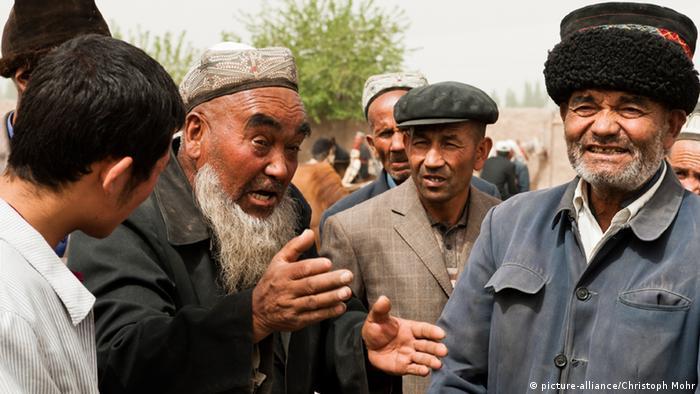 Uigurische Männer stehen zusammen und reden (Foto: Christoph Mehr)
