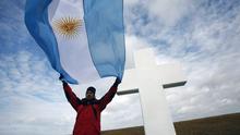 Der argentinische Kriegsveteran steht am 23.03.2012 mit einer Flagge seines Landes auf dem Darwin-Friedhof auf den Falklandinseln. Die Bewohner der Falklandinseln im südlichen Atlantik sollen in einer Volksabstimmung entscheiden, ob sie weiter zu Großbritannien gehören wollen. Das hat die Regierung der Insel am Dienstag angekündigt. Damit soll der seit Jahren schwelende Streit mit Argentinien beigelegt werden, das die Inseln für sich beansprucht. Die Abstimmung soll in der ersten Hälfte des kommenden Jahres stattfinden.
