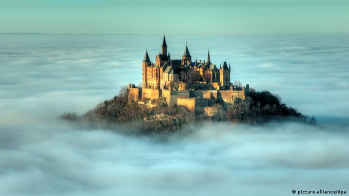 Castle Hohenzollern surrounded by fog (picture-alliance/dpa)
