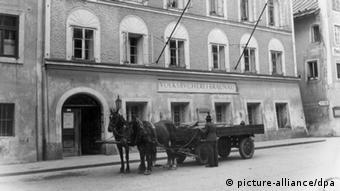 Foto histórica da casa natal de Hitler, em Braunau am Inn