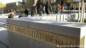 An einem Schild der Freien Universität Berlin gehen Studenten am Freitag (19.10.2007) in Berlin entlang. Die FU Berlin wird deutsche Elite-Universität. Diese Entscheidung traf der zuständige Bewilligungsausschuss am Freitag (19.10.) in Bonn. Die FU wurde am 4. Dezember 1948 gegründet. Foto: Rainer Jensen dpa/lbn +++(c) dpa - Report+++