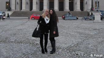 Изабель Хофман со своей русской подругой
