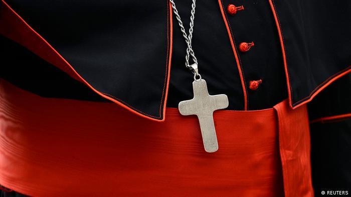 Крест на мантии кардинала