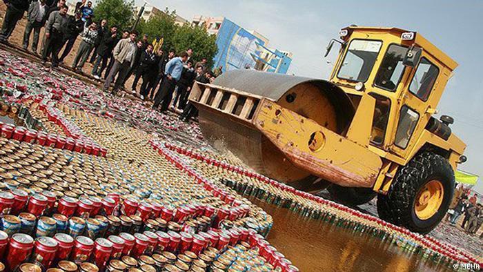 نابودی مشربات الکلی قاچاق توسط نیروی انتظامی
