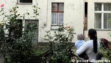 ARCHIV - Ein junge Frau steht am Mittwoch (14.09.2011) in Berlin im Innenhof eines Wohnprojekts für Emigranten und Flüchtlinge. Die Suche nach einem besseren Leben treibt Roma-Familien nach Deutschland. Berliner Politiker beobachten eine «neue Zuzugswelle». Im Bezirk Neukölln sorgt sie für sozialen Zündstoff.Foto: Maurizio Gambarini dpa/lbn (zu dpa-Korr: Hoffnung Neukölln: Armut treibt Roma-Familien nach Berlin) vom 16.04.2012 +++(c) dpa - Bildfunk+++