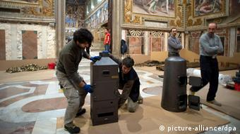 Workers prepare the Sistine Chapel for the next conclave at the Vatican (c) picture-alliance/dpa
