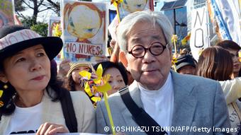Nobelpreisträger Kenzaburo Oe bei einer Demonstration in Tokio (foto: AFP/Getty Images)