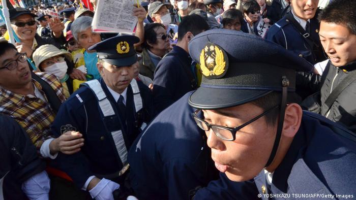 Anti-Atom-Demonstrationen in Tokio zwei Jahre nach Fukushima - Auseinandersetzungen mit der Polizei (foto: AFP/Getty Images)