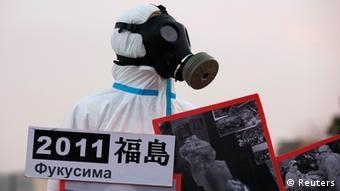 Mann mit Atemschutzmaske: Anti-Atom-Demonstrationen zwei Jahre nach Fukushima (Foto: Reuters)