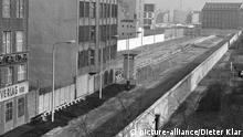 Muro e zona de segurança na antiga Berlim