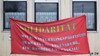 Ein Transparent auf dem groß Solidarität steht, hängt an den Fenstern der Flüchtlingsunterkunft (Foto: DW/Stephanie Höppner)