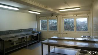 Spartanische Küche in einer Flüchtlingsunterkunft (Foto: DW/Stephanie Höppner)