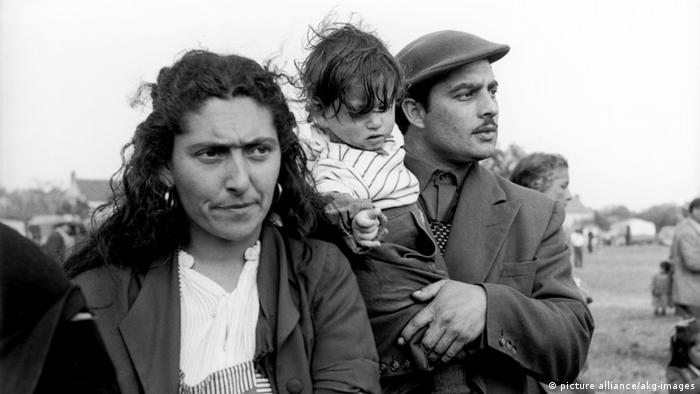 A couple with a child at a camp for Sinti and Roma in front of the gates of Paris: Photo c.1957/58