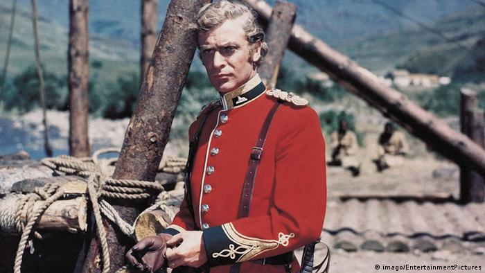 Michael Caine as Lieutenant Bromhead, wearing a red uniform (imago/EntertainmentPictures)