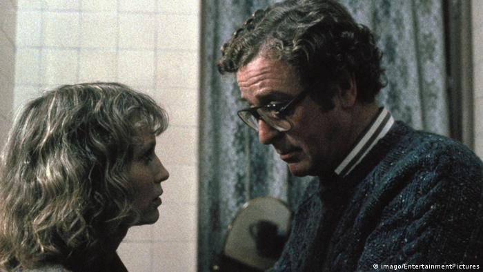 Scene from Woody Allen's Hannah and her Sisters, Mia Farrow and Michael Caine are looking at each other (Imago).