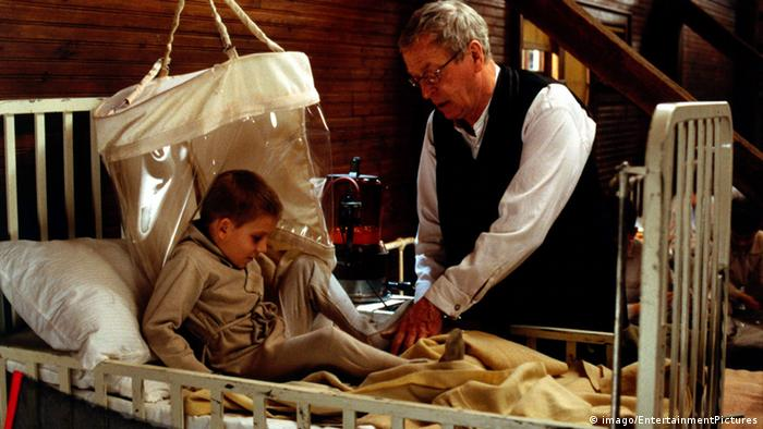 Film scene of 'The Cider House Rules' with Michael Caine and an orphan boy (imago/EntertainmentPictures)
