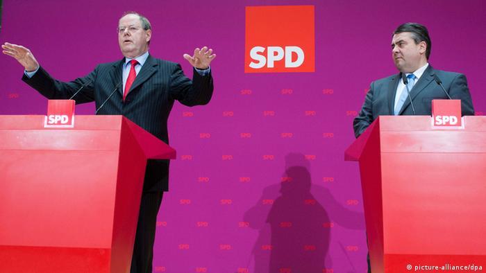 SPD-Kanzlerkandidat Peer Steinbrück und SPD-Vorsitzender Sigmar Gabriel sprechen in Berlin auf einer Pressekonferenz ihrer Partei. Foto: Maurizio Gambarini/dpa pixel