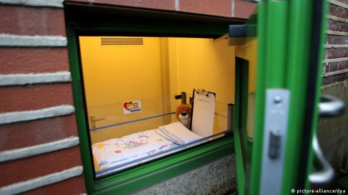 Baby deposit at Helios St. Johannes Hospital (picture-alliance/dpa)