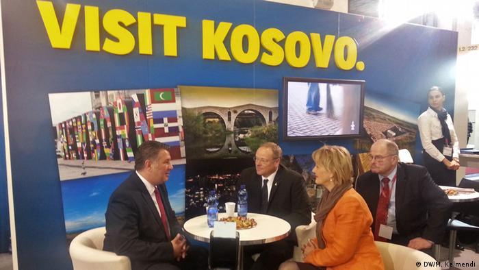 ITB Kosovo Vertreter Cuneyd Ustaibo mit Dirk Niebel (DW/M. Kelmendi)