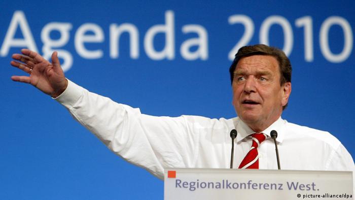 Gerhard Schröder spricht 2003 zur Agenda 2010 (Foto: dpa)