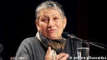 Die russische Schriftstellerin und Kremlkritikerin Ljudmila Ulitzkaja sitzt am 11.03.2013 in Köln (Nordrhein-Westfalen) bei einer Lesung ihres Buches Das grüne Zelt im Rahmen des Literaturfestivals Lit.Cologne auf der Bühne. Foto: Henning Kaiser/dpa +++(c) dpa - Bildfunk+++