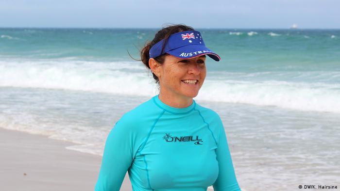 A woman on a beah in Australia (Photo: DW/Kate Hairsine)