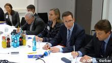 Der für Russland verantwortliche Vorstand von Wintershall Mario Mehren (2. von rechts) im Gespräch mit russischen Journalisten nach der Jahres-PK am 12.03.2013 in Kassel. Foto DW/Andrey Gurkov