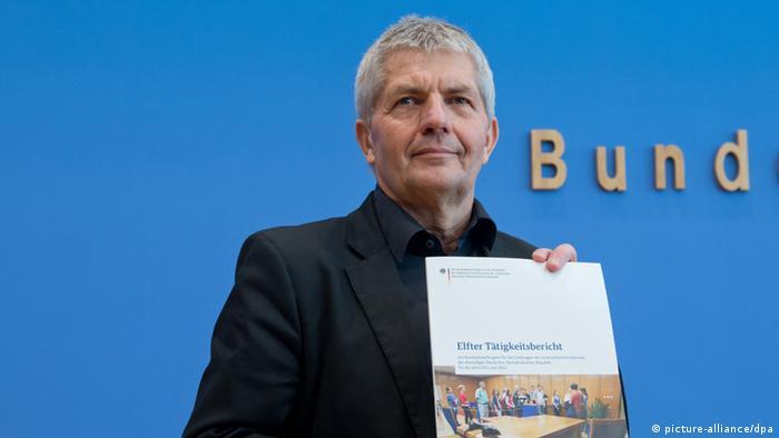 Der Bundesbeauftragte für die Stasi-Unterlagen, Roland Jahn, hält seinen Tätigkeitsbericht in der Hand. (Foto: Soeren Stache/dpa)