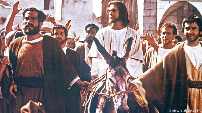 Filmstill of 'King of Kings' with Jesus on a donkey accompanied by a crowd (picture-alliance/KPA)