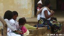 Wer hat das Bild gemacht/Fotograf?: Romeu da Silva / DW Korrespondent aus Mosambik Wann wurde das Bild gemacht?: 11.03.2013 Wo wurde das Bild aufgenommen?: Maputo, Mosambik Frauen in Mosambik die eine HIV Infektion an das Kind verhindern möchten. Das Projekt DREAM besorgt antiretrovirale Medikamente für HIV-infizierte, schwangere Frauen in Afrika. Damit sollen die Babys vor einer Infektion durch die eigene Mutter geschützt werden.
