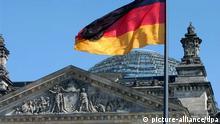 ARCHIV - Die Fahne Deutschlands weht vor dem Reichstag in Berlin (Archivfoto vom 15.04.2004). Das Terrornetzwerk Al-Kaida und verbündete Gruppierungen planen nach einem «Spiegel»-Bericht möglicherweise einen Anschlag auf den Reichstag. Foto: Jens Kalaene dpa/lbn (zu dpa 4105 vom 20.11.2010) +++(c) dpa - Bildfunk+++